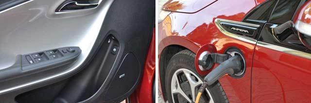 Los pulsadores para abrir las tapas del depósito de gasolina y del enchufe están en la puerta del conductor