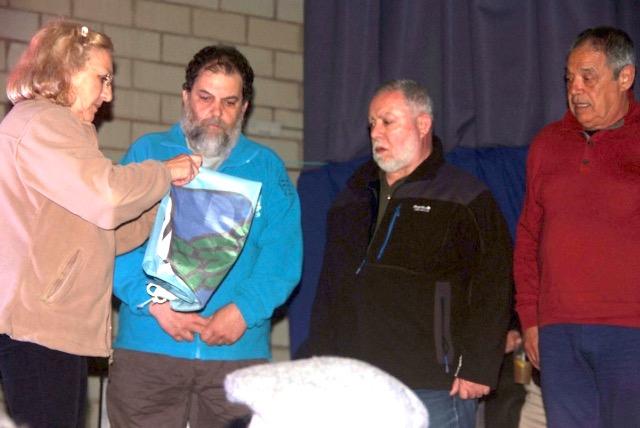 La presidente del Plasencia C.C.C. entrega la bandera de la FECC a su presidente