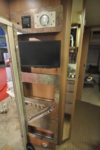 Pared lateral de la entrada con la televisión