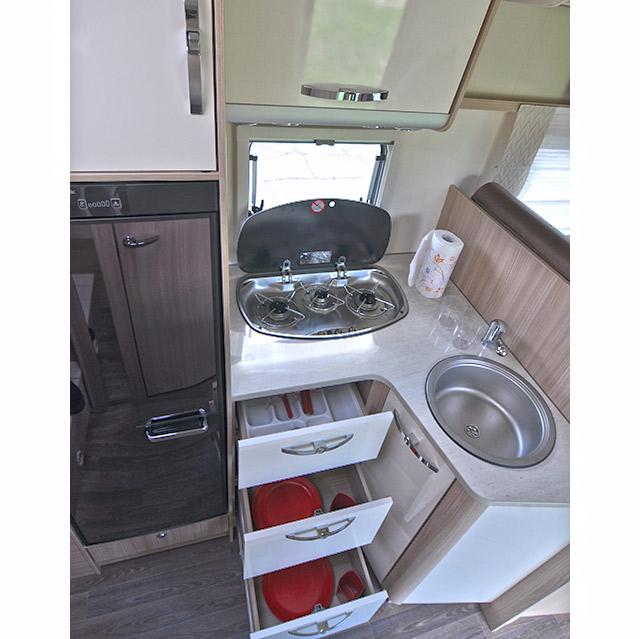 Al lado de la cocina el frigorífico de 145 litros de capacidad