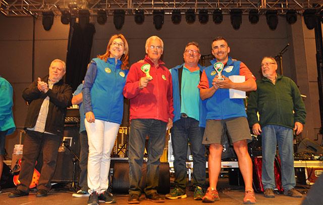 La alcaldesa de Aranda junto con el presidente del Arandino hace entrega del trofeo a  los ganadores de mus