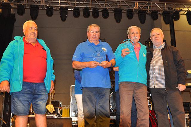 El presidente y el vicepresidente de la FECC entregan el recuerdo a los representantes de la Federación Portuguesa