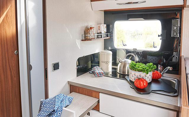 Cocina con plano de trabajo extensible en el Galaxy G 700GJ