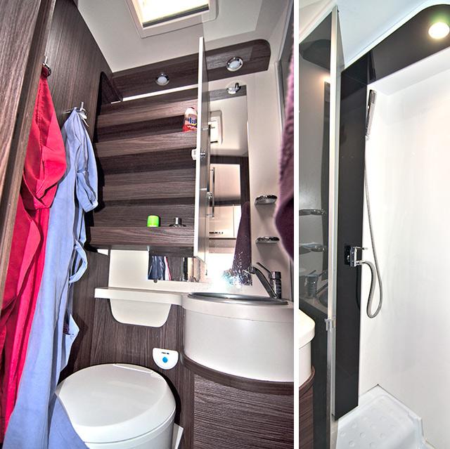 Cuarto de aseo, sobre el lavabo se aprecia la estantería corredera / Ducha