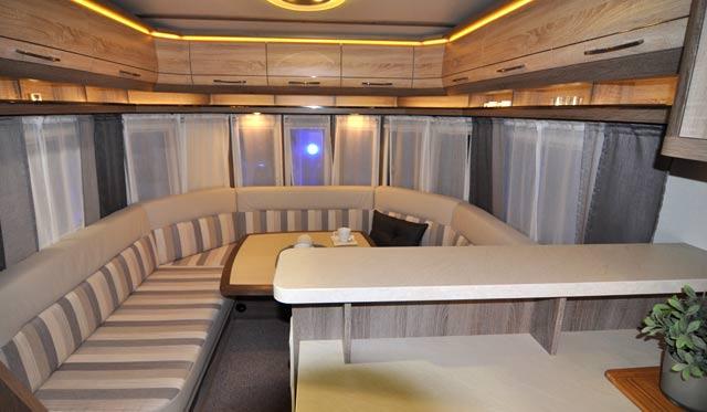 Salón con su gran sofá en la Landhaus 770 CFf