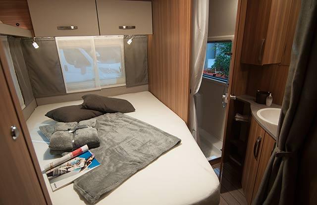 Habitación con cama doble, baño y ducha privados
