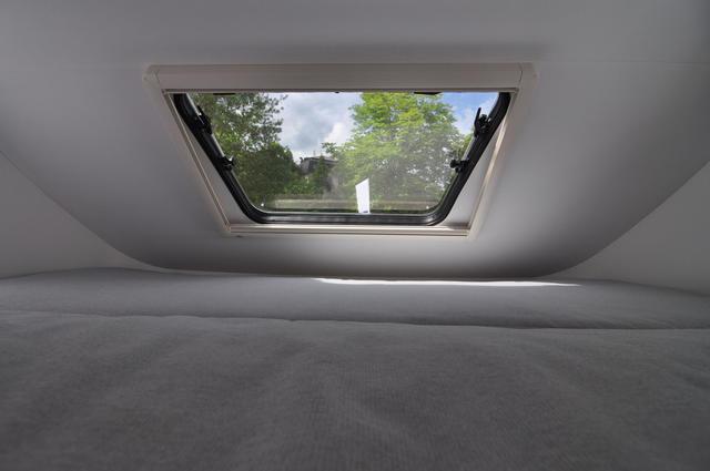 Ventana panorámica sobre la cama basculante de una perfilada Sun Living.