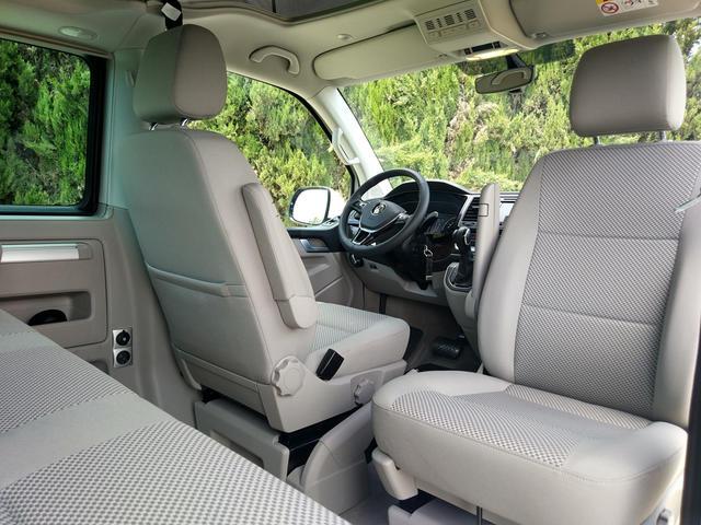 Los asientos delanteros son giratorios de serie.