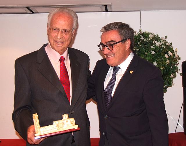 José Mª Rosell recibiendo el premio de manos del alcalde de Lleida Ángel Ros