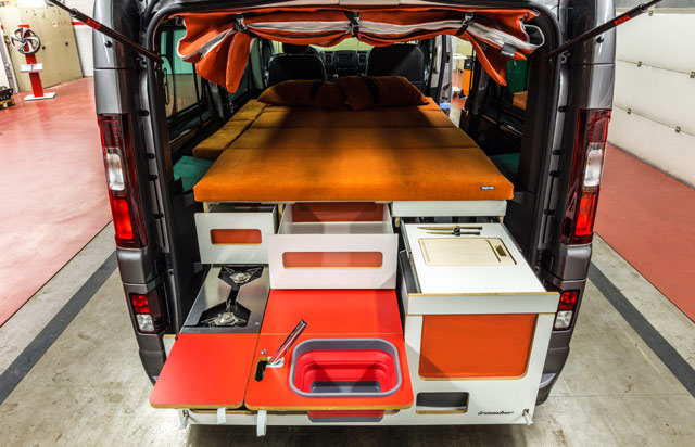 Cama, cocina y fregadero además de cajones para guardar utensilios.