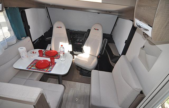 El comedor interior de esta pilot muestra el espacio y confort de las autocaravanas.