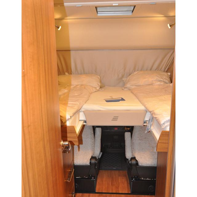 Las camas gemelas delanteras del Hymer B-SL Duomobil 634