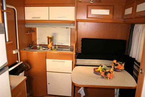 Salón y cocina en la Avvent 410TS
