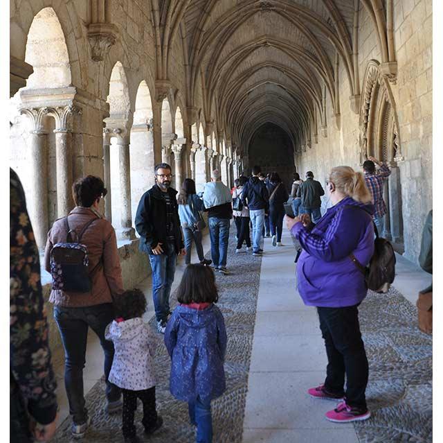Un grupo visitando el Monasterio de las Huelgas en Burgos