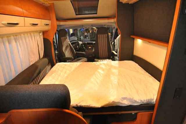 Cama abatible del Van Exclusive 60 KL, preparada para dormir