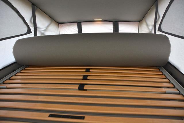 La cama superior mide 1,50 metros de ancho por 2 de alto y equipa somier con lamas de madera